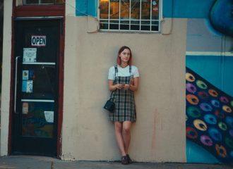 Szenenbild aus Lady Bird (2017) - Lady Bird (Saoirse Ronan) lehnt an der Wand - © Universal Pictures