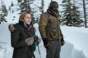 Szenenbild aus ZWISCHEN ZWEI LEBEN - THE MOUNTAIN BETWEEN US - Alex (Kate Winslet) und Ben (Idris Elba) - © 20th Century Fox