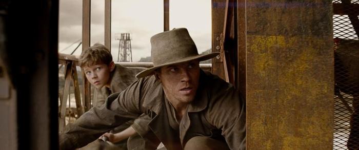 Szenenbild aus PAN - Hook (Garrett Hedlund) und Peter (Levi Miller) - © Warner Bros. Germany