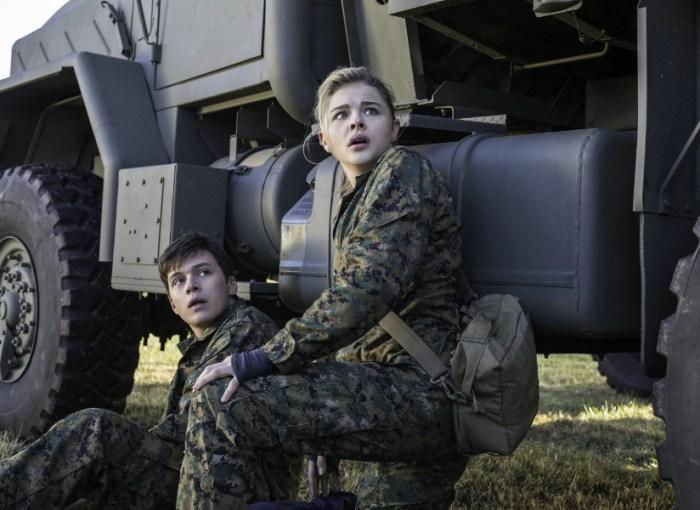 Szenenbild aus THE 5th WAVE (2016) - DIE FUENFTE WELLE - Ben (Nick Robinson) und Cassie (Chloë Grace Moretz) - © Sony Pictures Home