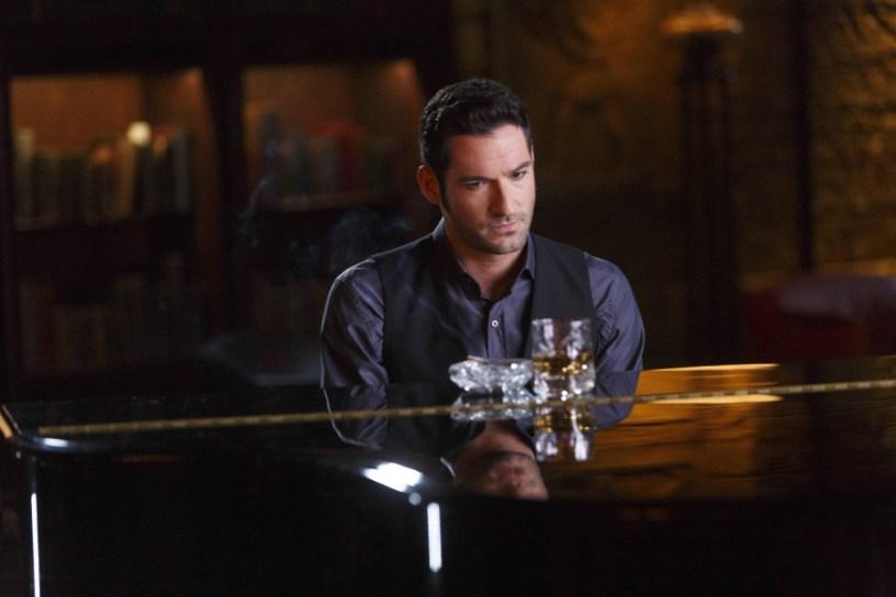 Szenenbild aus LUCIFER - Staffel 2 - Lucifer (Tom Ellis) am Klavier - © Amazon Newsroom