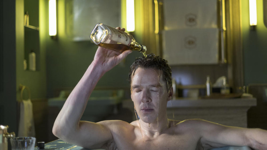 Szenenbild aus PATRICK MELROSE - Patrick (Benedict Cumberbatch) begießt sich im Delirium mit Alkohol - © Sky
