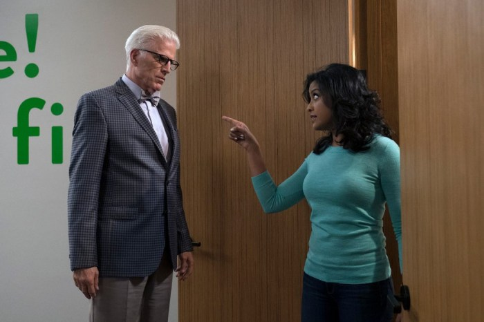Szenenbild aus THE GOOD PLACE - Staffel 2 - Vicky (Tiya Sircar) macht Michael (Ted Danson) den Job streitig. - © Colleen Hayes/NBC | 2017 NBCUniversal Media, LLC