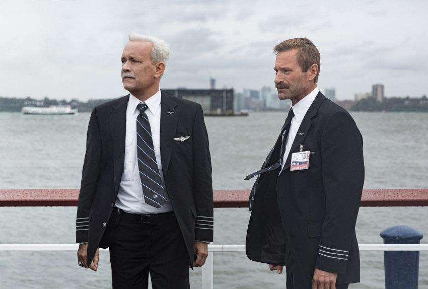 Szenenbild aus SULLY (2016) - Chesley B. Sullenberger (Tom Hanks) und Jeff Skiles (Aaron Eckhart) - © Warner Bros.
