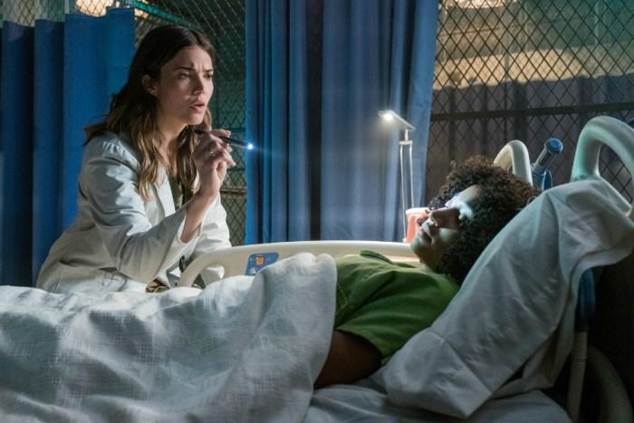 Szenenbild aus THE DARKEST MINDS - DIE ÜBERLEBENDEN (2018) - Cate (Mandy Moore) möchte Ruby (Amandla Stenberg) retten. - © 20th Century Fox
