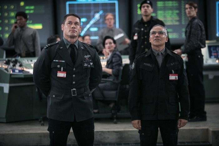 Szenenbild aus BUMBLEBEE (2018) - Auch das Militär ist wieder mit dabei. Agent Burns (John Cena) und  Dr. Powell (John Ortiz) - © Paramount Pictures