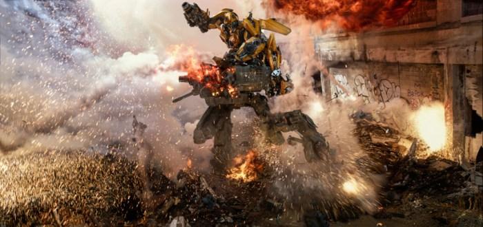 Szenenbild aus TRANSFORMERS 5 - TRANSFORMERS: THE LAST KNIGHT - Bumblebee kämpft gegen einen Sentinel - © Paramount Pictures Deutschland
