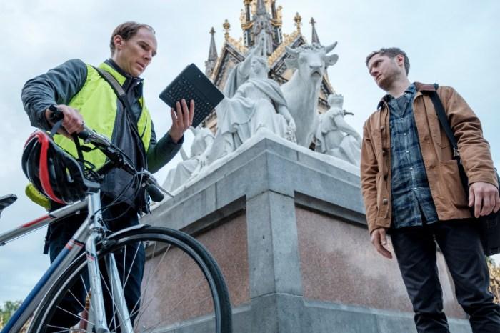 Szenenbild aus BREXIT: THE UNCIVIL WAR (2018) - Dominic Cummings (Benedict Cumberbatch) erfährt durch Zack Massingham (Kyle Soller) wie er Nichtwähler ansprechen kann. - © Polyband Medien