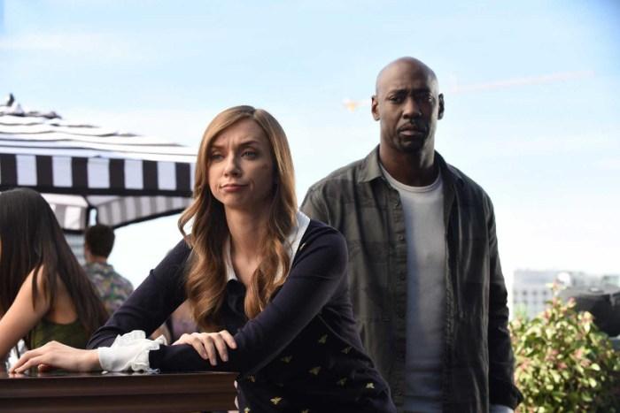 Szenenbild aus LUCIFER - 3. Staffel - Abel (Lauren Lapkus) und Amanediel (D. B. Woodside) - © Fox