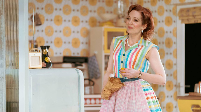 Szenenbild aus HOME, I'M DARLING - Judy (Katherine Parkinson) - © Photo Credit: Manual Harlan