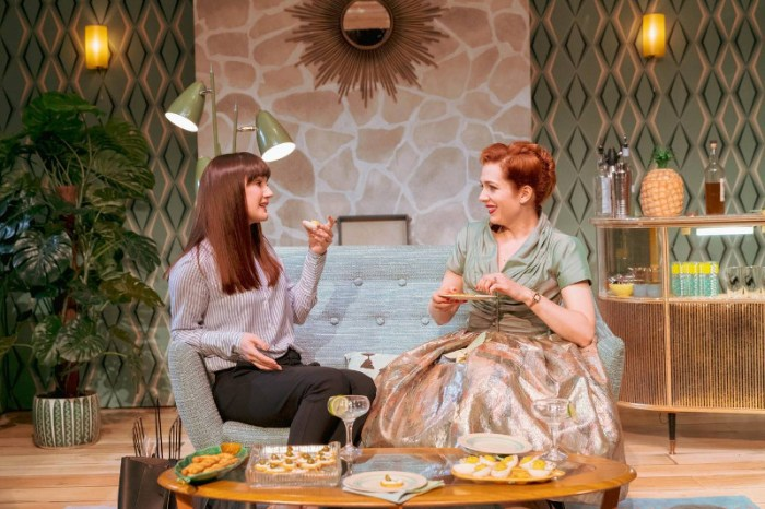 Szenenbild aus HOME, I'M DARLING - The Duke of York's Theatre London - Alex (Sara Gregory) und Judy (Katherine Parkinson) - © Photo Credit: Manuel Harlan