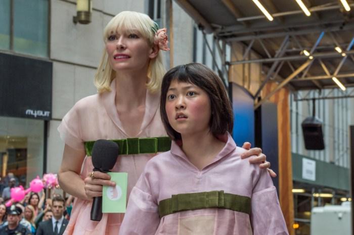 Szenenbild aus OKJA - Lucy Mirando (Tilda Swinton) will Mija (Seo-Hyun Ahn) für ihre Zwecke missbrauchen. - © Netflix