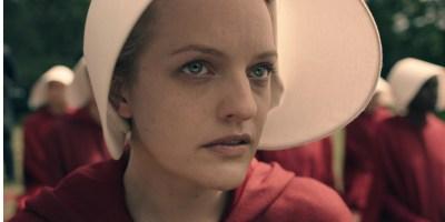 Szenenbild aus THE HANDMAID'S TALE - 1. Staffel - Offred (Elisabeth Moss) - © 20th Century Fox
