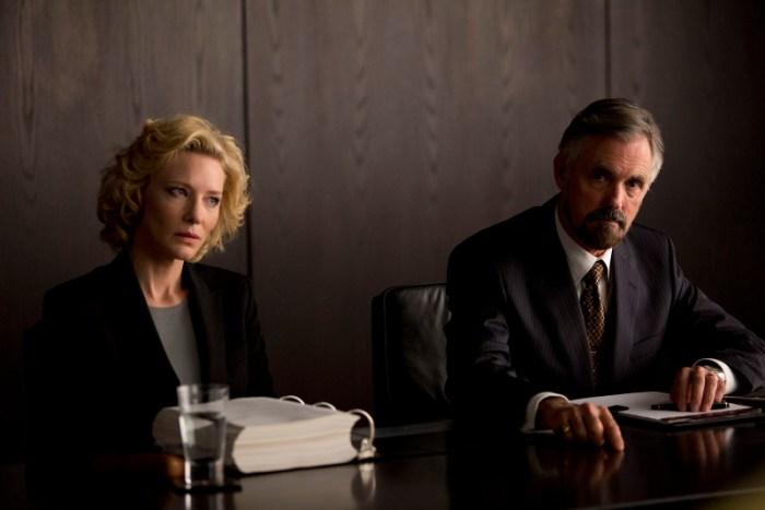 Szenenbild aus TRUTH - DER MOMENT DER WAHRHEIT - Mary Mapes (Cate Blanchett) und ihr Anwalt bei der Anhörung- © Warner Bros.