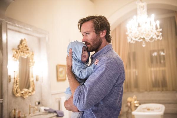 Szenenbild aus HOTEL MUMBAI - David (Armie Hammer) versucht sein Kind zu beschützen. - © Universum Filmverleih