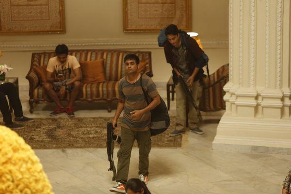 Szenenbild aus HOTEL MUMBAI - Die Terroristen greifen die Hotelgäste an. - © Universum Filmverleih