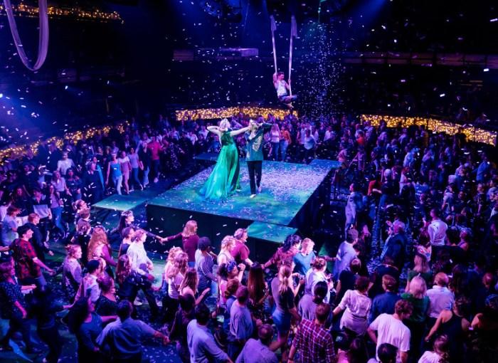 Szenenbild aus A MIDSUMMER NIGHT'S DREAM (2019) aus dem Bridge Theatre - © Manuel Harlan