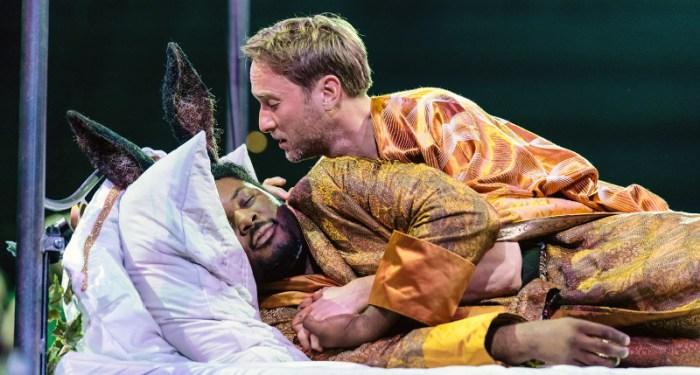 Szenenbild aus A MIDSUMMER NIGHT'S DREAM aus dem Bridge Theatre - Oberon (Oliver Chris) ist in Bottom (Hammed Animashaun) verliebt. - © Manuel Harlan