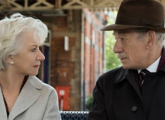 Szenenbild aus THE GOOD LIAR (2019) - Betty (Helen Mirren) weiß nicht, ob sie Roy (Ian McKellen) trauen kann. - © Warner Bros. DE