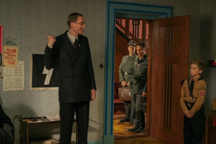 Szenenbild aus JOJO RABBIT (2019) - Herr Deertz von der Gestapo (Stephen Merchant) durchsucht das Haus. - © 20th Century Fox