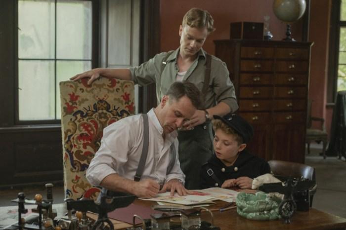 Szenenbild aus JOJO RABBIT (2019) - Klenzendorf (Sam Rockwell), Finkel (Alfie Allen) und Jojo (Roman Griffin Davies) - © 20th Century Fox