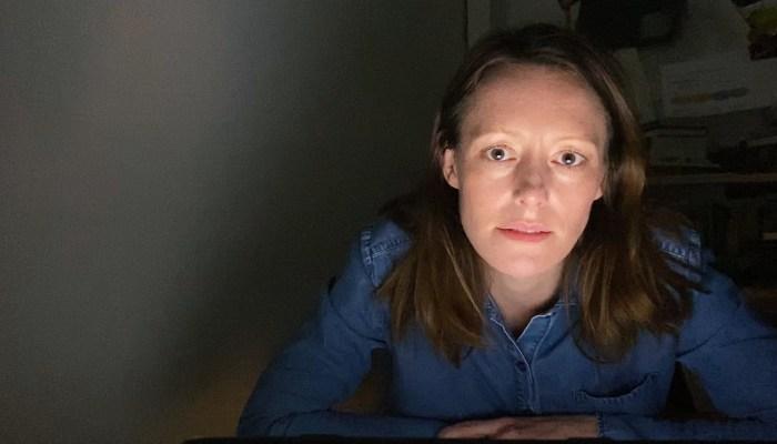 Szenenbild aus DRINNEN - IM INTERNET SIND ALLE GLEICH (2020) - Charlotte (Lavinia Wilson) ist die Protagonistin der Web-Serie, die ausschließlich über Web-Cam produziert wird. - © ZDF/btf GmbH
