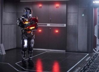 """Szenenbild aus I AM MOTHER - Der Roboter """"Mother"""" kümmert sich um das Baby. - © Concorde Filmverleih"""