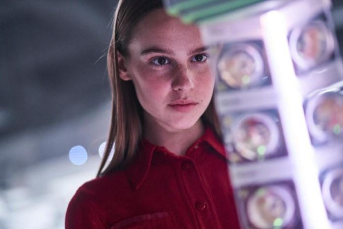 Szenenbild aus I AM MOTHER - Tochter (Clara Rugaard) kann es kaum erwarten ein Geschwisterchen zu bekommen. - © Concorde Filmverleih