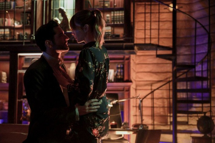 Szenenbild aus LUCIFER - 5. Staffel - Michael (Tom Ellis) und Chloe (Lauren German) - © John P. Fleenor/Netflix 2020