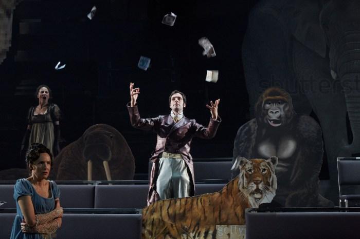 Szenenbild aus DER PREIS DES MENSCHEN - Residenztheater München 2020 - Der Sklavenhändler Alberto de Magalhaes (Michael Wächter) wirft mit Geld um sich. - © Judith Buss