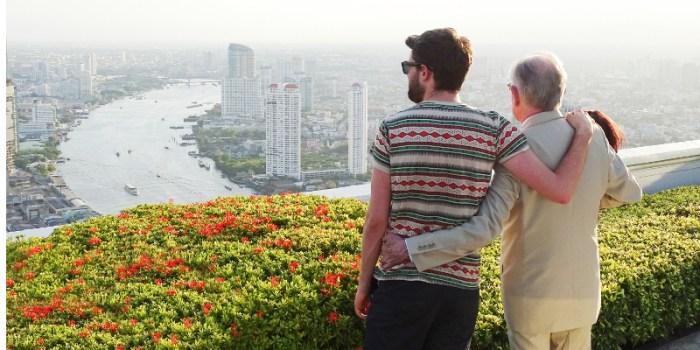 Szenenbild aus Travels with my Father - 1. Staffel - Jack und Michael Whitehall in Thailand - © Netflix