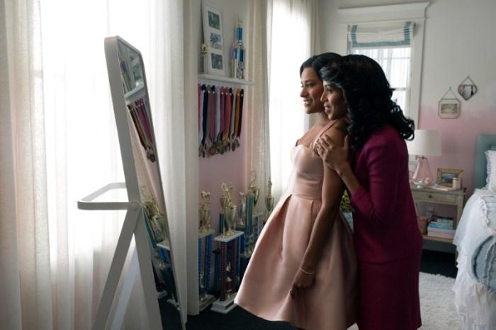 Szenenbild aus THE PROM (2020) - Alyssa (Ariana DeBose) versucht den hohen Ansprüchen ihrer Mutter (Kerry Washington) gerecht zu werden. - © MELINDA SUE GORDON/NETFLIX © 2020