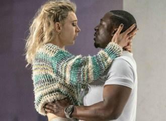 Szenenbild aus JULIE (2018) -Julie (Vanessa Kirby) und Jean (Eric Kofi Abrefa) - Photo by Richard H. Smith