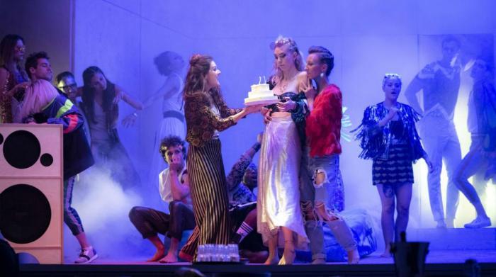 Szenenbild aus JULIE - Julie (Vanessa Kirby) feiert ihren Geburtstag - Photo by Richard H. Smith