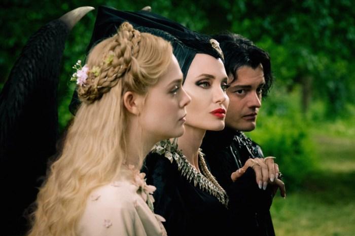 Szenenbild aus MALEFICENT: MISTRESS OF EVIL - Aurora (Elle Fanning), Maleficent (Angelina Jolie) und Diaval (Sam Riley) - © Disney