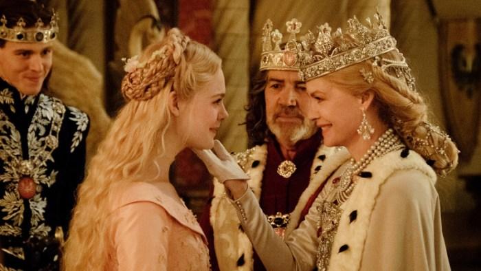 Szenenbild aus MALEFICENT: MISTRESS OF EVIL - Aurora (Elle Fanning) wird von ihren zukünftigen Schwiegereltern willkommen geheißen. - © Disney