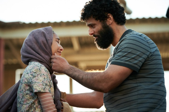 Szenenbild aus STATELESS - Mina (Soraya Heidari) und Vater Ameer (Fayssal Bazzi) - Ben King/Netflix © 2020