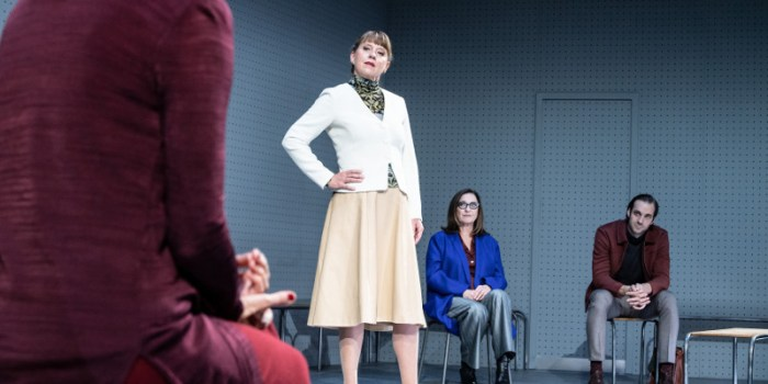 Szenenbild aus GOTT - Residenztheater München - Frau Keller (Cathrin Störmer), Mitglied des Ethikrates - © Sandra Then