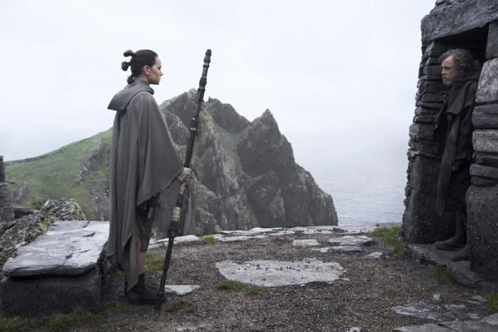 Szenenbild aus STAR WARS - THE LAST JEDI - Rey (Daisy Ridley) bitte Luke (Mark Hamill) um Hilfe.  - © Disney
