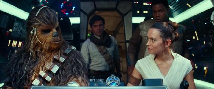 Szenenbild aus THE RISE OF SKYWALKER - Chewbacca (Joonas Suotamo), Poe (Oscar Isaac), Finn (John Boyega) und Rey (Daisy Ridley) - © Disney