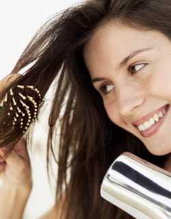 rejuvenesca-franja-mulher-secando-cabelo