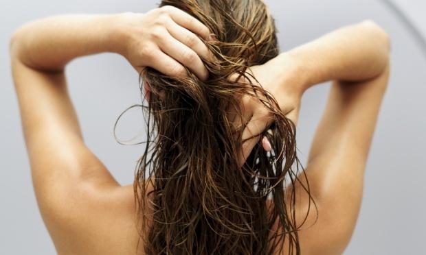 mulher-lavando-cabelo-hidratacao