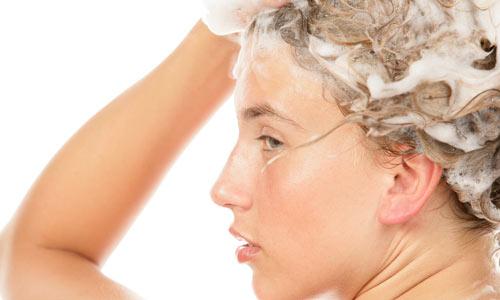 mulher-lavando-cabelo