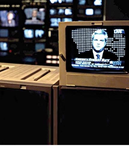 """NEW YORK, SUA: Interviu acordat de premierul roman Adrian Nastase postului de televiziune CNN, 2 noiembrie 2001. """"STIRE PE FLUX"""" ROMPRES Foto/Simion MECHNO"""