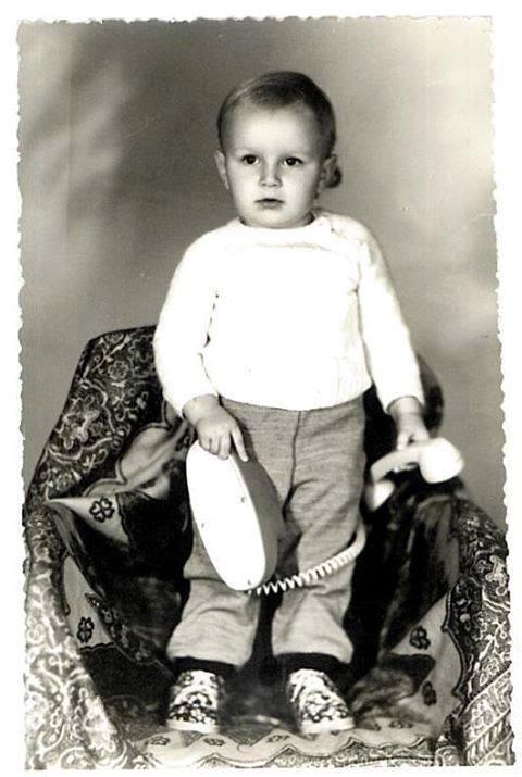 Adrian Naumowicz zdjęcie z dzieciństwa z telefonem