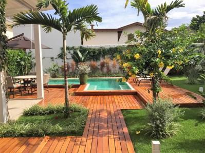 Deck, piscina e jardim