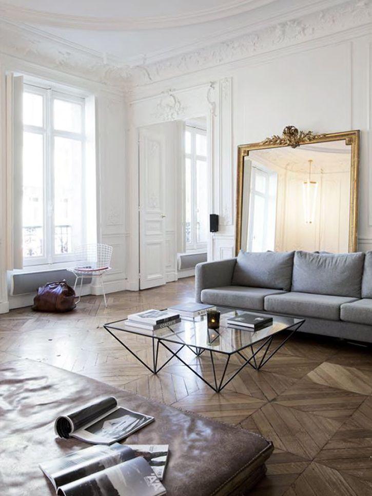 Sala parisiense com boiserie e mobliário contemporâneo