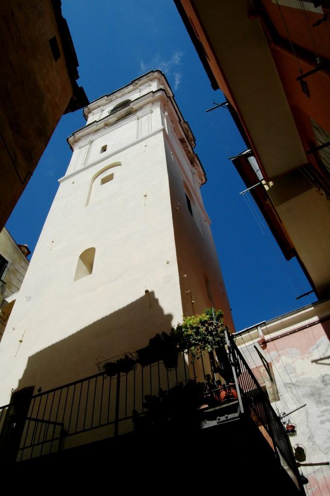 Nel centro storico del Paese Alto, a Bordighera, una Torre - sovrastante un passaggio coperto - viene in seguito adibita a campanile - attuale- della Chiesa Parrocchiale di S. Maria Maddalena