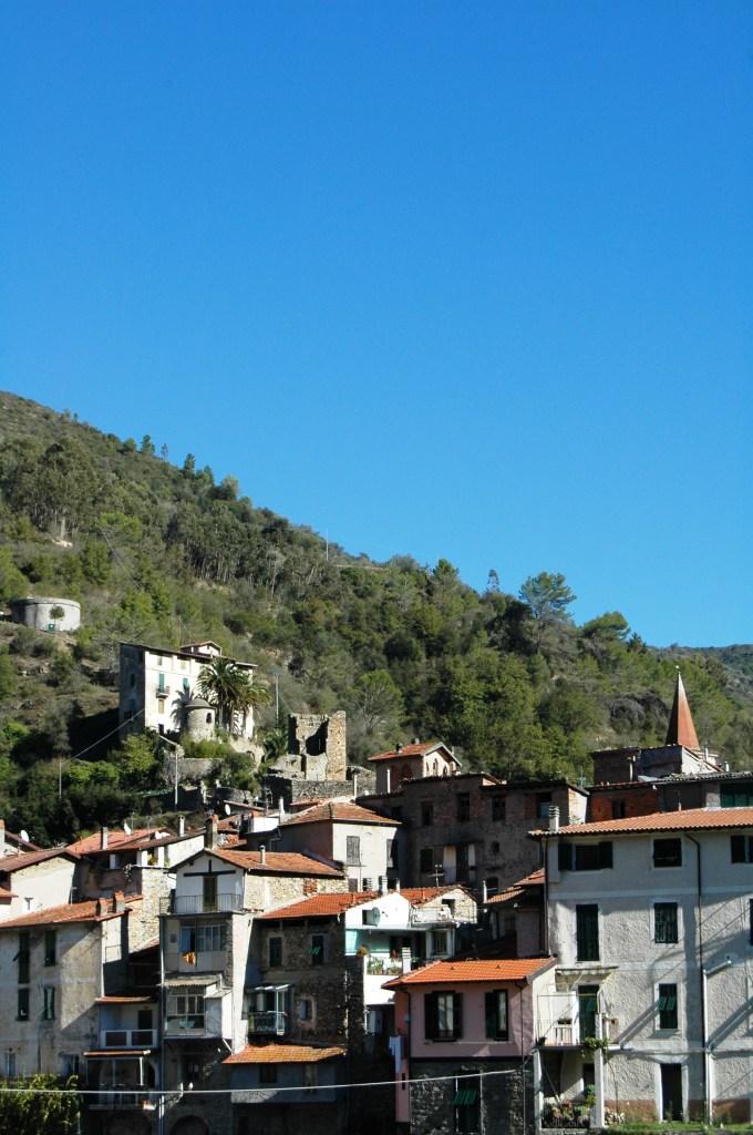 Nel 1277 il borgo di Isolabona passò sotto il dominio della famiglia genovese Doria.