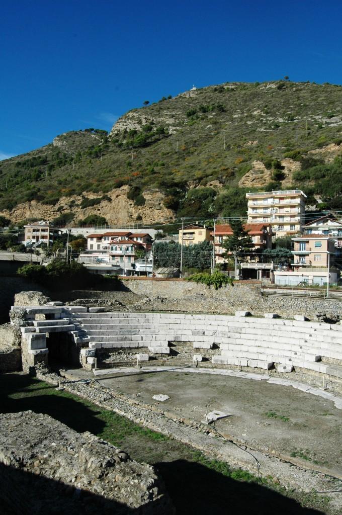 Il Teatro Romano a Ventimiglia (IM), Frazione Nervia - antica Albintimilium -, dove in una parte delimitata  venne eretta una chiesa paleocristiana, ormai scomparsa.